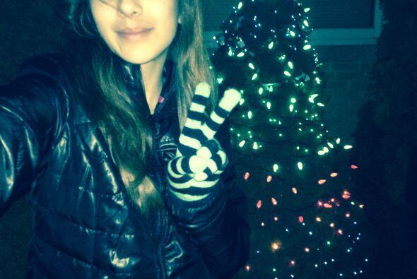 Erika Hernández posó con su arbolito de navidad.