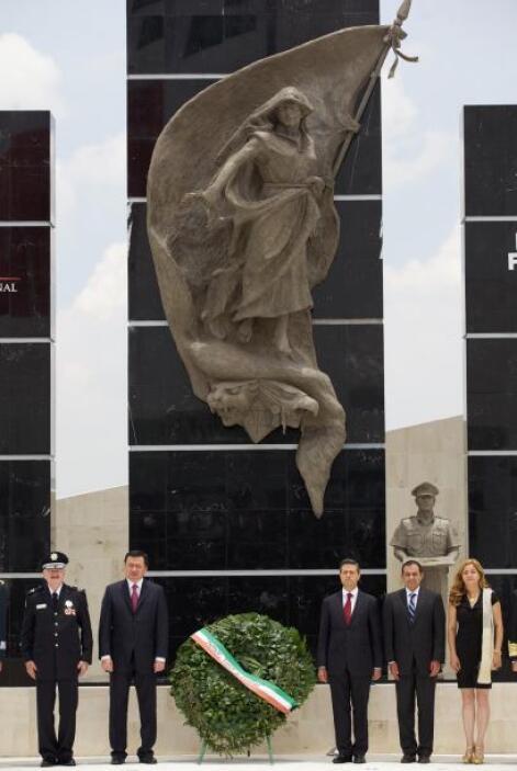 Antes, Peña Nieto develó el monumento al Policía Federal Caído en las in...