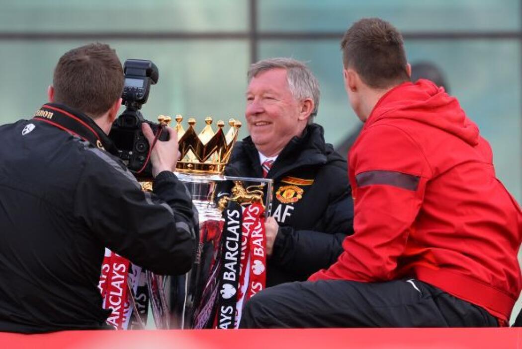 Ferguson también tuvo el trofeo en sus manos, el último en sus más de 26...