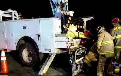 Una persona herida tras el choque de un vehículo con un camión del Depar...