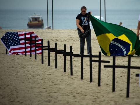 Un grupo brasileño de activistas contra la violencia clavó el sábado dec...