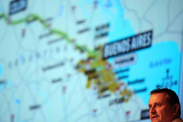 Etienne Lavigne, director del Rally Dakar 2010, dio la bienvenida a todo...