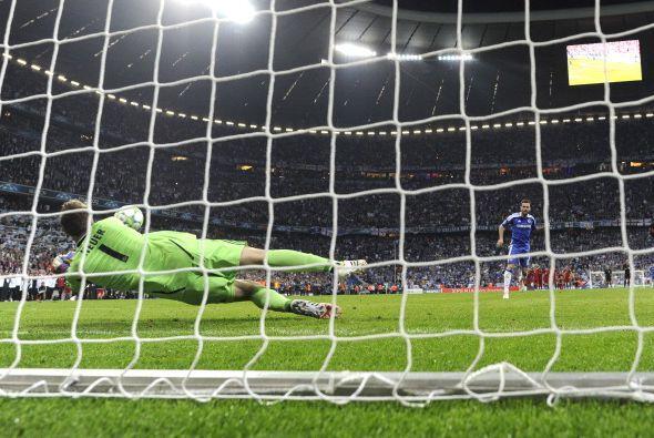 Juan Mata cobró y falló el primero del Chelsea.