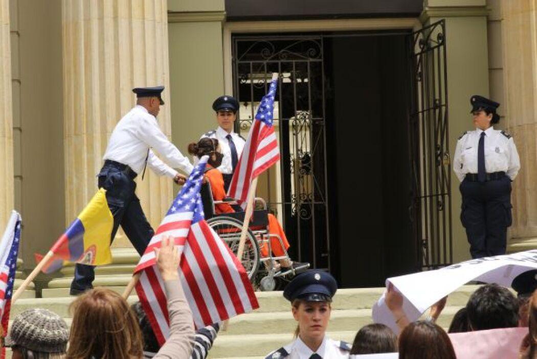 A las afueras del centro de justicia, la gente se manifestaba en contra...