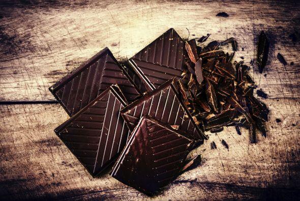 Chocolate negro. Este pequeño placer dulce puede ayudar a mantener la pi...