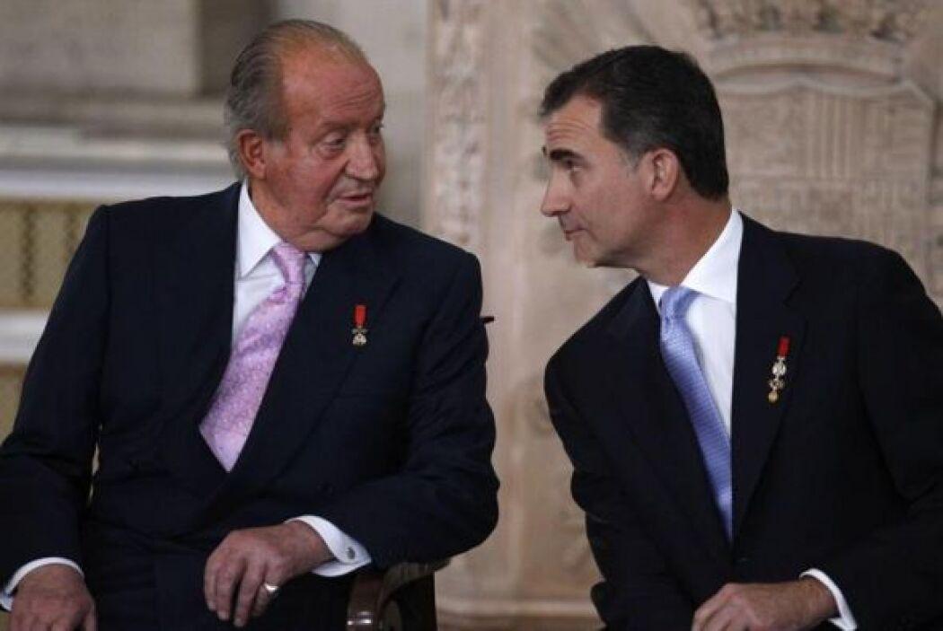 El Rey Juan Carlos y el Príncipe Felipe conversan momentos antes de que...