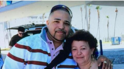 Héctor Torres, de 44 años y nacido en Brooklyn, junto a su...