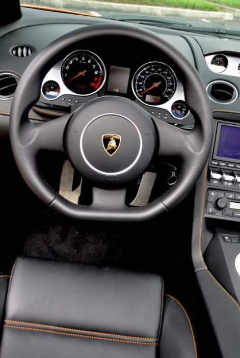 El volante está diseñado para tener un agare cómodo y seguro.