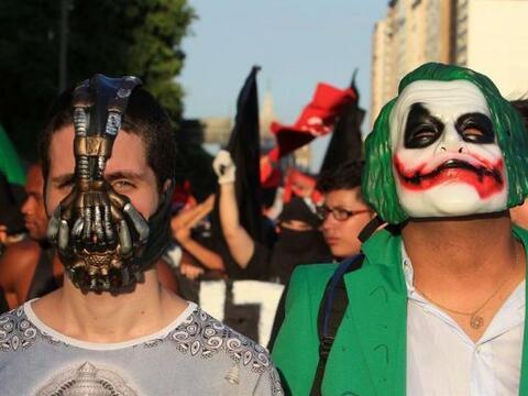 Un grupo de personas con máscaras se manifestó cerca de la Estación Cent...