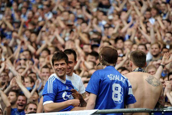 El 'Cazador' del área hizo dos goles con Schalke 04 en el partido...