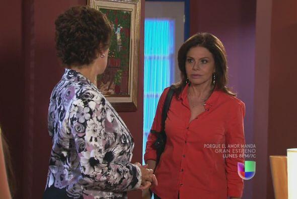Amanda llega al hostal y se encuentra a doña Agustina platicando con Nat...