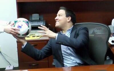Raúl González recibió el balón de Univision en 'Pasa la Bola'