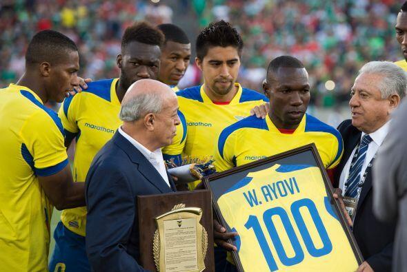 Walter Ayoví recibió un reconociemiento por su trayectoria con la selecc...