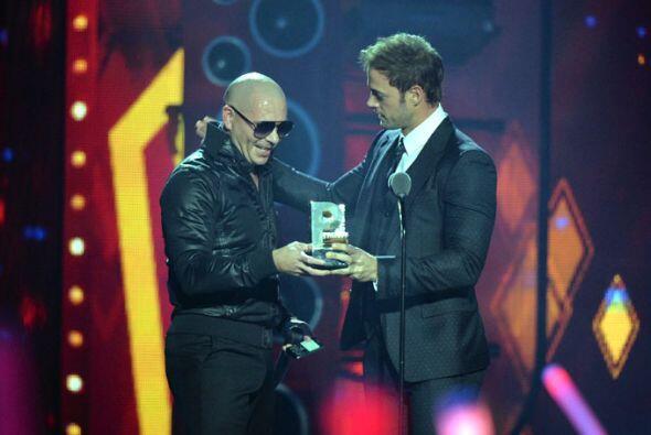 El cantante recibió el premio de manos de William Levy.