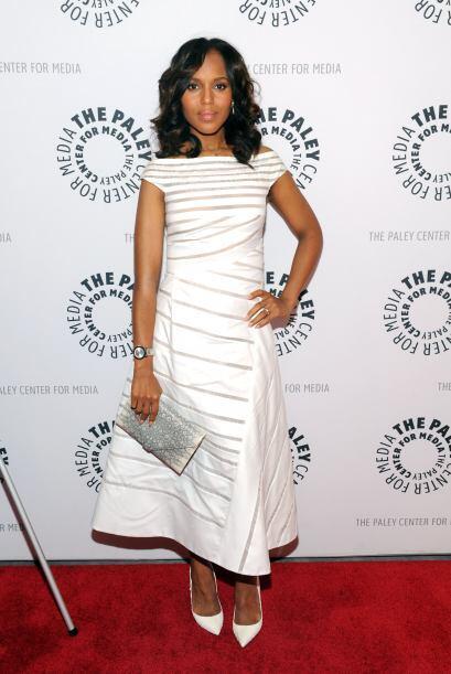 Kerry hace ver sencillo ser tan elegante con este vestido blanco con ray...