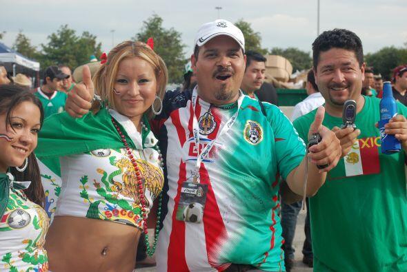 Nada mal acompañado este señor que apoya a México, a las Chivas... y a s...