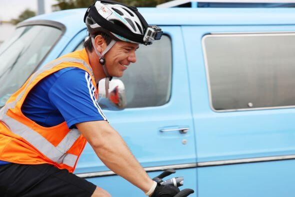 Carlos Gutiérrez pedalea con fuerza, empuja la bicicleta con las caderas...
