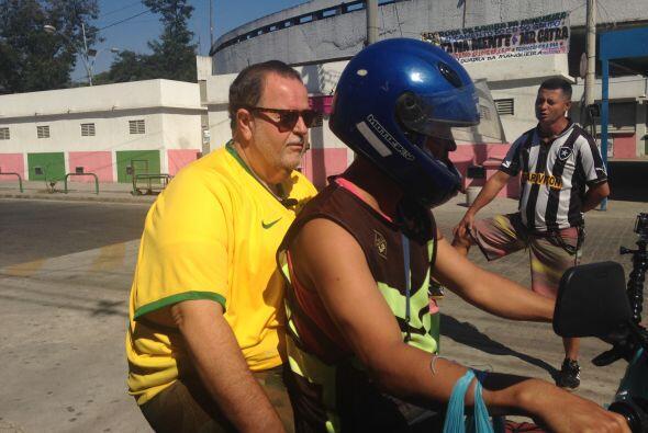 Raúl montado en una motocicleta recorrió las favelas.