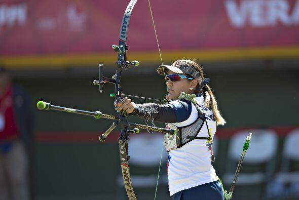 En la prueba femenil individual de arco recurvo, la colombiana Ana Rend&...
