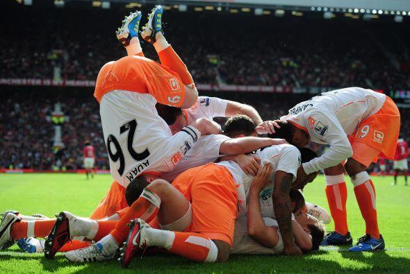 Piña del Blackpool para celebrar el gol de la esperanza. Adam, el...
