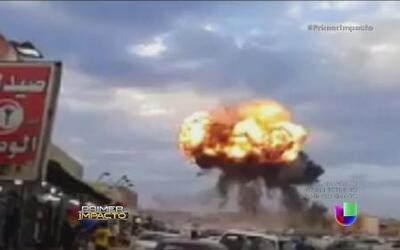 Un avión militar cae del cielo provocando una explosión