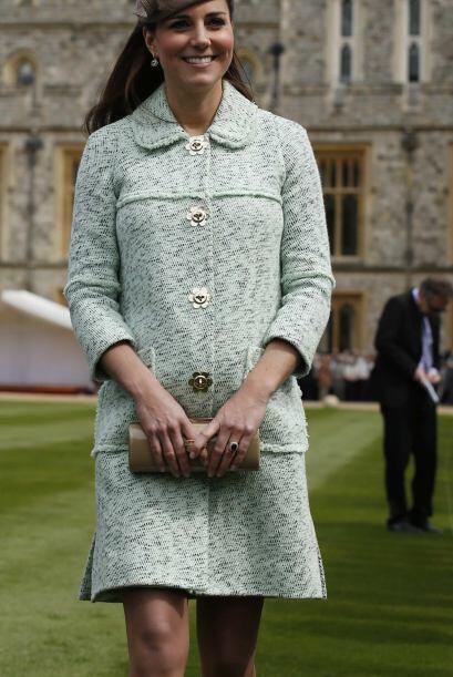 Radiante Kate mostró su ya redonda figura con un traje menta más acorde...
