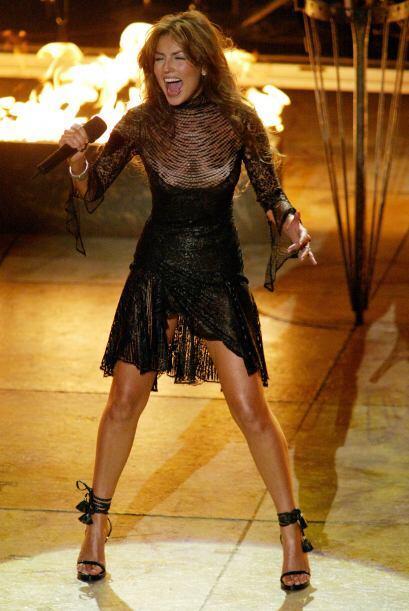 Thalía sacó (literalmente) fuego del escenario con su tremenda combinaci...