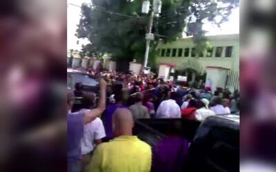 Abuchean al hermano de Chávez en centro de votación