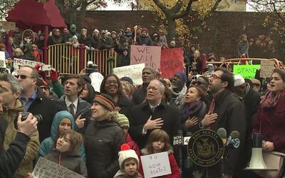 Al menos 2,000 personas protestaron en el parque Adam Yauch en contra de...