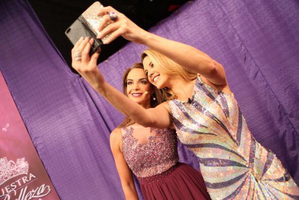 ¡Qué tal! Dos bellas ex Miss Universo juntas y tomándose una 'selfie'. S...