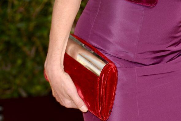 Julie Bowen utilizó un 'clutch' en color rojo terciopelo que contrastó p...