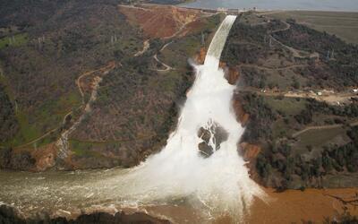 Mantienen la orden de evacuación en zonas aledañas a la represa de Orovi...