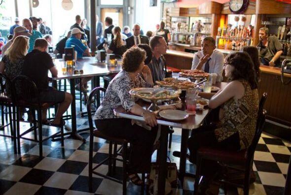 Obama comió pizza con las cinco personas en un céntrico restaurante de D...