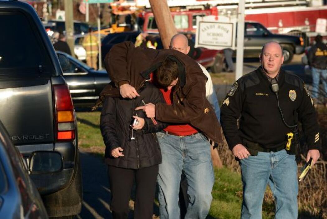 Los niños evacuados el viernes de la escuela primaria de Newtown, Connec...