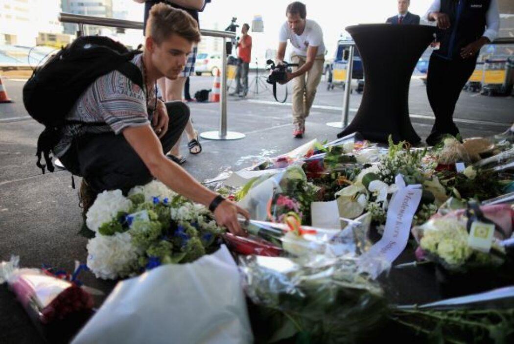 A este lugar arribaron decenas de personas a depositar flores en homenaj...