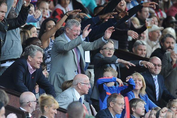 En pleno partido, Ferguson seguía siendo felicitado por los fan&a...