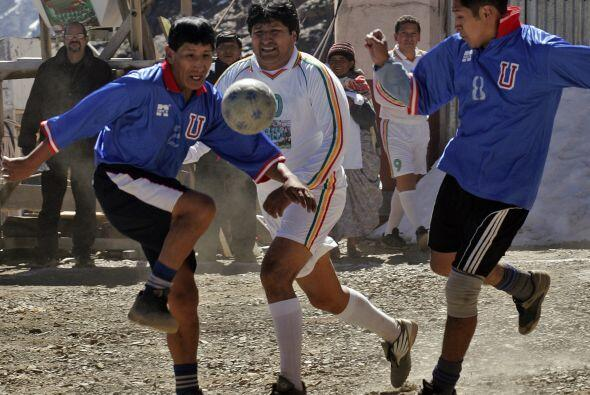 Evo Morales es un fanático del fútbol y ya jugó un...
