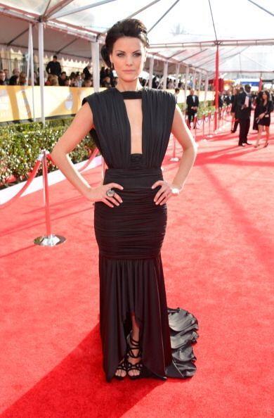 Este traje de Jaimie Alexander es tan simétrico y los pliegues tan perfe...