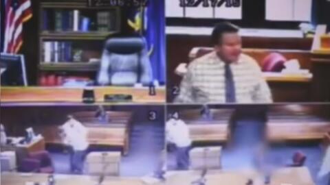 Sospechoso de acoso hace que juez se despoje de su toga en un intento de...