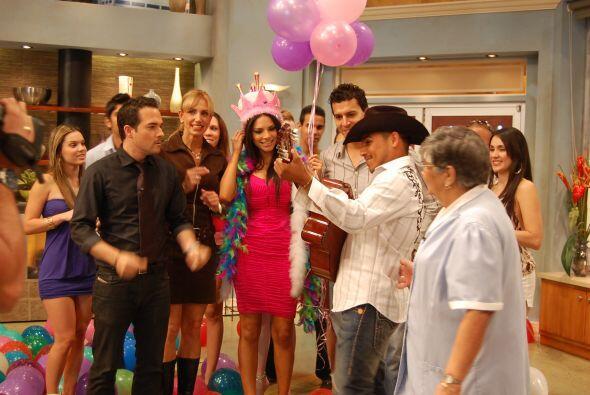 La fiesta se puso buena y Espinoza Paz llegó a cantarle las ma&nt...