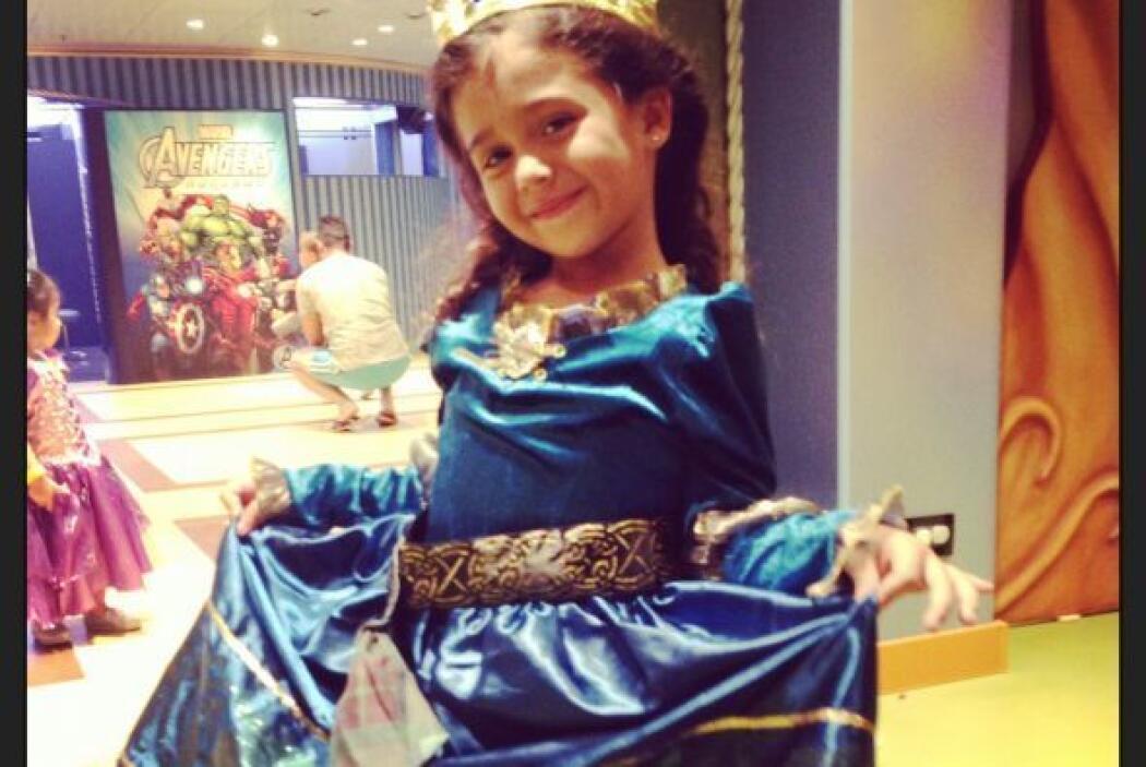 Mia estaba felíz con su vestido.