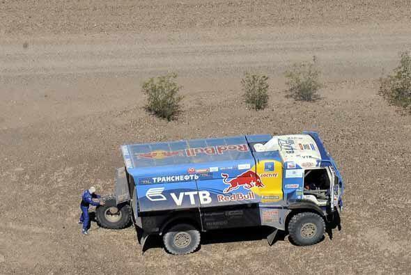 Cambiar una llanta de un camión a la mitad del desierto no debe s...