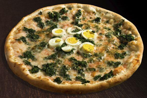 """PIZZA DE JAM""""N Y QUESO SUIZO (CON ACELGAS Y HUEVO DURO):  1. Precalienta..."""