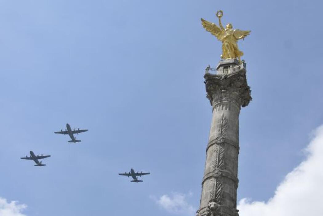 En el cielo podían verse las aeronaves del Ejército Mexicano, haciendo m...