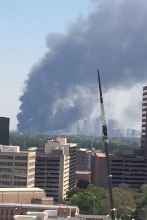Los bomberos reportaron que una persona fue rescatada de la escena sin l...