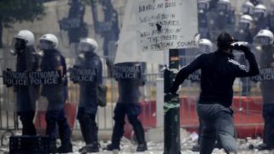 Atenas de vio envuelta en graves protestas el miércoles cuando el Parlam...
