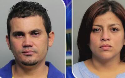 Pareja hispana está arrestada al ser acusada de haberle pegado fuertemen...