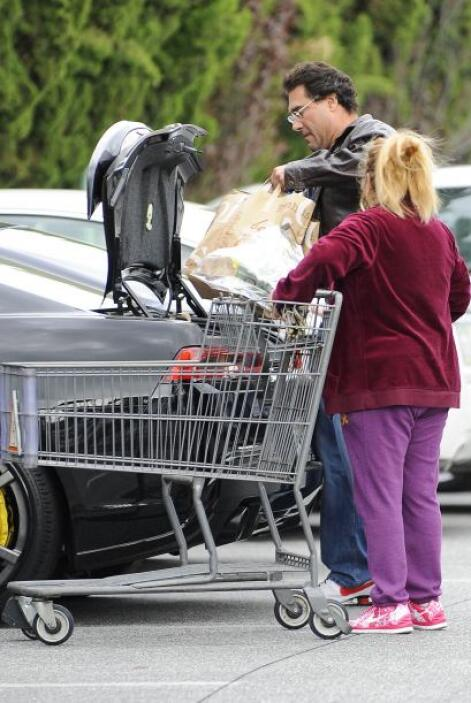 El actor estuvo haciendo sus compras acompañado de su empleada, mientras...
