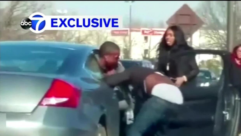 Con el rostro ensangrentado, un agente logra atrapar a un fugitivo que l...