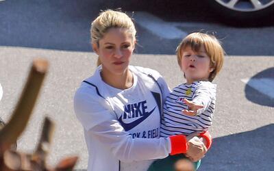 Shakira lleva a su hijo Sasha, de dos años, a clases de nataci&oa...